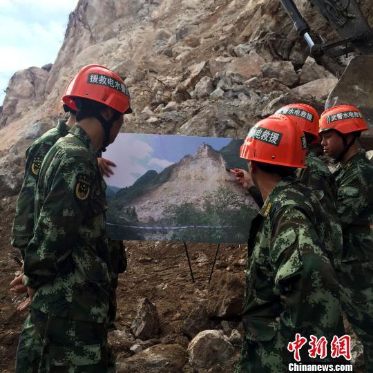 广西平乐山体坍塌救援艰难推进 时常有山石滚落