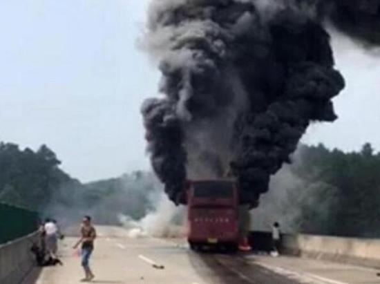 湖南大巴事故:养路工人用石块砸窗救6名女乘客