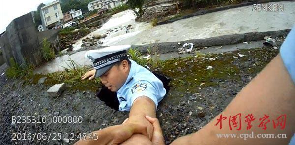危桥突然塌陷 警察卡路面却拒绝施救