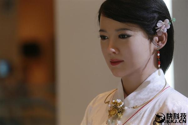 中国日本美女机器人对比:一个逼真 一个表情到位