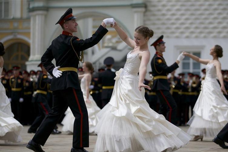 俄军校学员参加毕业典礼 跳起浪漫华尔兹