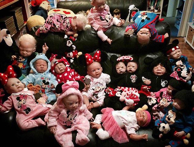 澳母亲收藏35个仿真娃娃 出门随身携带
