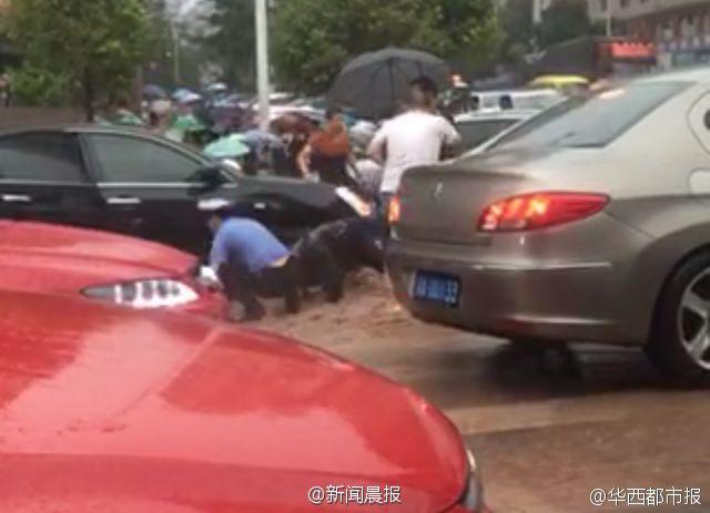 小学生暴雨中扶老人过马路 被积水冲倒溺亡