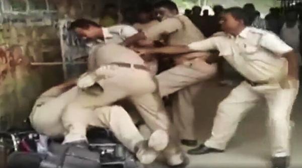 印度两警察疑因争抢收受贿赂的权利而互殴