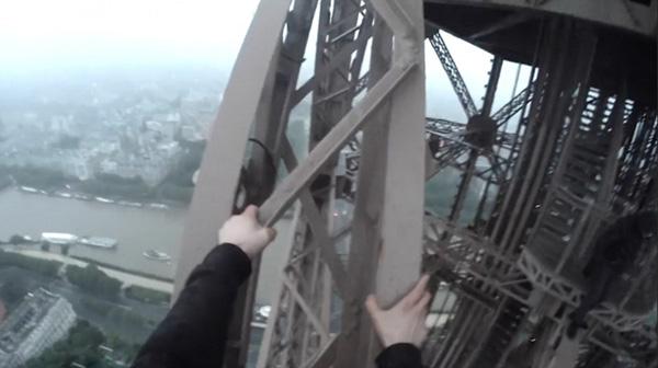 战斗民族又开挂!俄三男子徒手爬埃菲尔铁塔