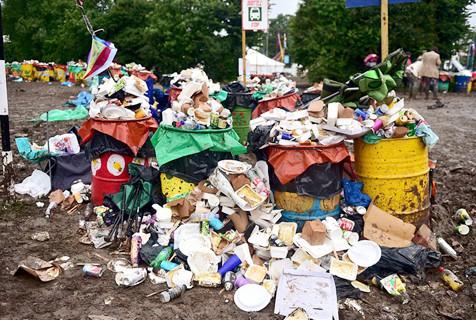 英国露天音乐节落幕留下1000吨垃圾