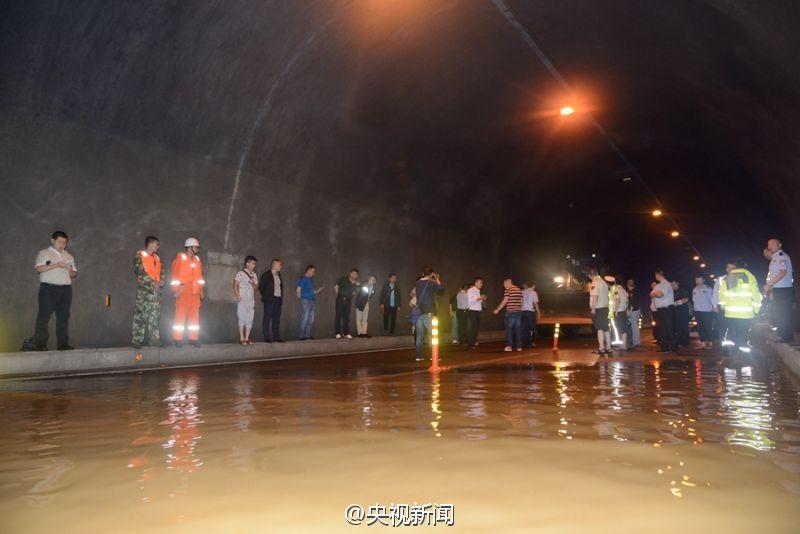 重庆酉阳一隧道涌水 60名被困人员被紧急转移