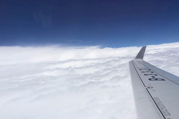 中国自主喷气式客机ARJ21惊艳首飞:最安全
