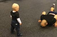 学步男童模仿爸爸健身动作