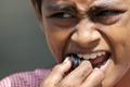 印度儿童在圣河中收集硬币赚钱养家