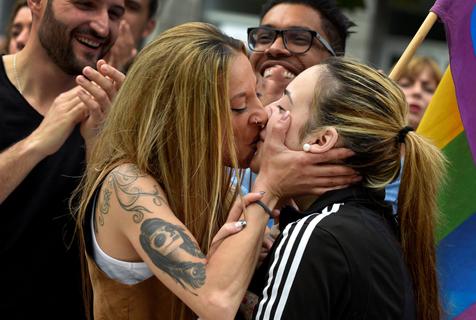 西班牙举行同性恋大游行 情侣当街热吻