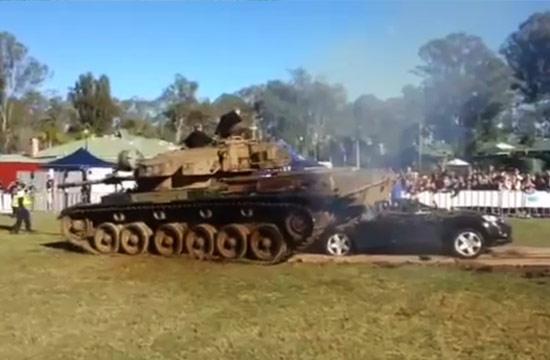 澳洲议员开坦克压汽车:这车质量真差