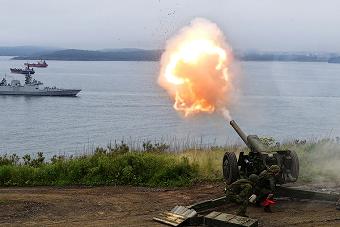 俄军大炮朝着印度军舰开火