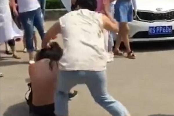"""网曝""""小三""""被当街扒衣服暴打"""
