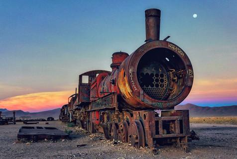 摄影师拍摄玻利维亚神秘火车墓地