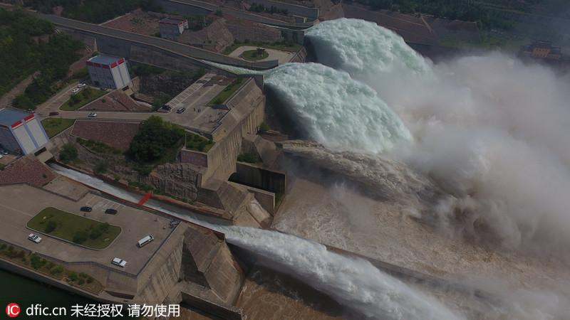 黄河小浪底挤满观瀑人群调水调沙盛景再现场面震撼
