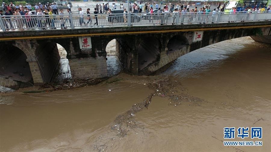 重庆綦河洪峰过境商铺被淹 超警戒水位2.2米