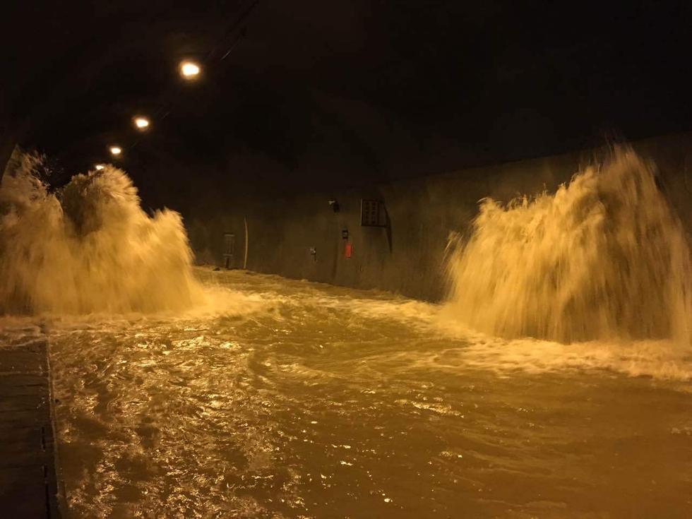 重庆一公路隧道发生涌水 现场洪水不断涌出