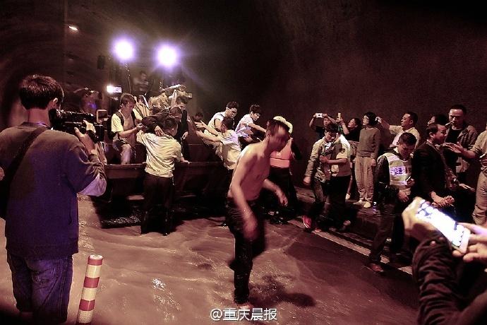 重庆一隧道洪水倒灌多人被困 已救出150人