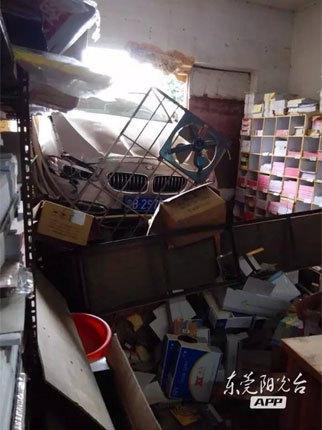 女司机开车飞过2米排渠 撞进民房
