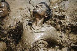 尼泊尔学生稻田疯玩泥水 庆祝播种节