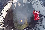 智利女子火山上空高难度跳伞