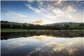 英国莱迪鲍尔水库日出美景 倒影似折叠世界