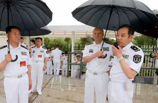 海军司令亲自为这名少将打伞