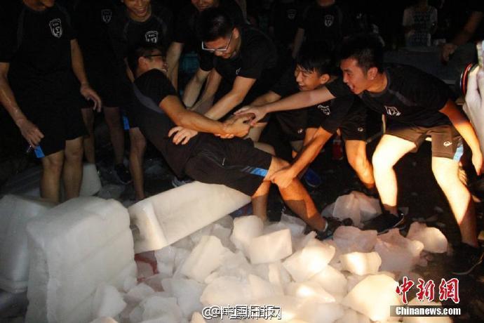 广西一高校给学生发冰块解暑