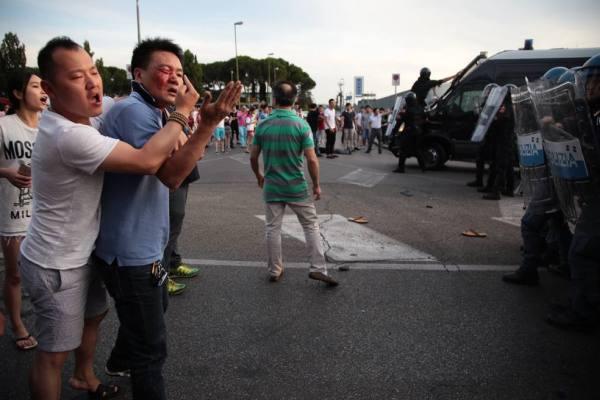 意警到华人工厂检查 与华人发生冲突多人受伤