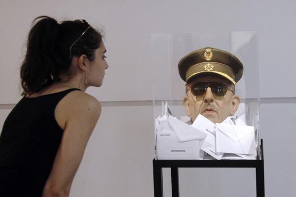 """法国:艺术馆展览惊现西班牙前独裁者""""人头"""""""