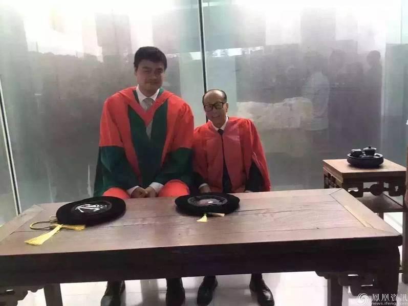 李嘉诚、姚明出席汕头大学毕业典礼画面