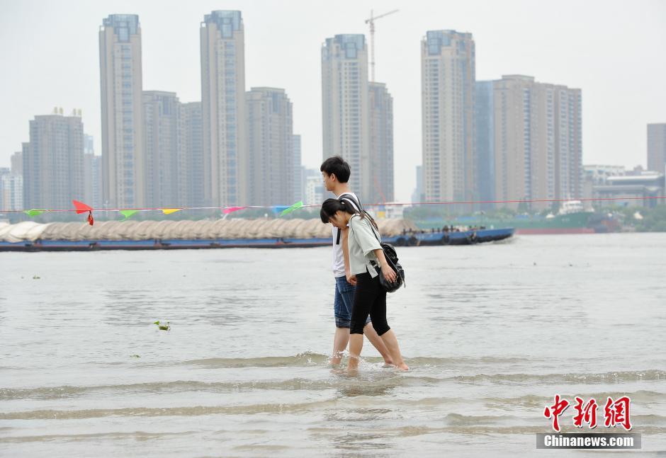 """重庆遭遇暴雨袭击 街头市民可""""看海"""""""