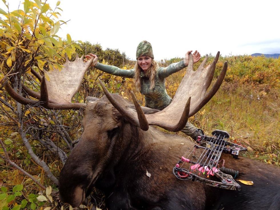 女猎手与猎物合影笑容灿烂引争议 称打猎是善行