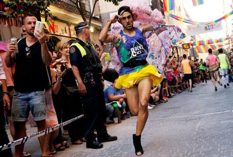 西班牙举办男子高跟鞋赛跑 趣味十足