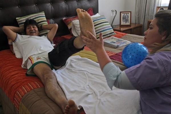 玻利维亚总统踢足球韧带受伤 术后卧床接受理疗