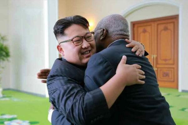 朝鲜领导人金正恩接见古巴代表团 双方亲密拥抱
