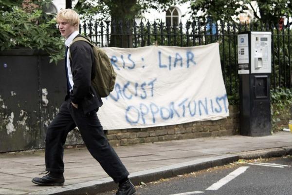 """伦敦民众挂条幅称前市长是""""大骗子"""" 鲍里斯儿子淡定路过"""
