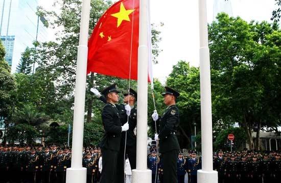 驻港部队升国旗庆祝回归19周年