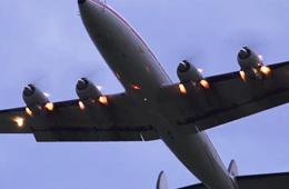 开挂了!客机起飞时发动机排气管喷火