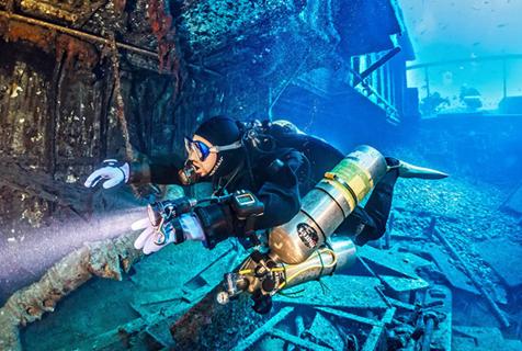 探险队深海海底探秘海难船遗骸