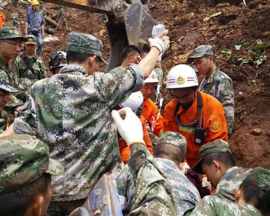 贵州大方山体滑坡已导致8死7伤 仍有14人被埋