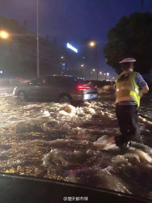 暴雨袭城宜昌道路被淹 交警水中执勤到深夜