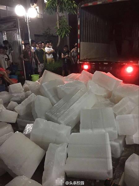 高校为学生发12.6吨冰块降温