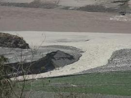 中石化重庆输油道因滑坡拉裂漏柴油 部分入长江