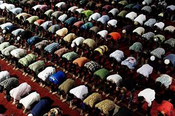 印尼穆斯林千人齐做礼拜 场面宏大