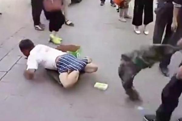 假乞丐遭路人当街揭穿骗局 迅速爬离现场