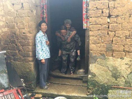 湖北暴雨95岁老人拒离开老屋:死也要死在屋里