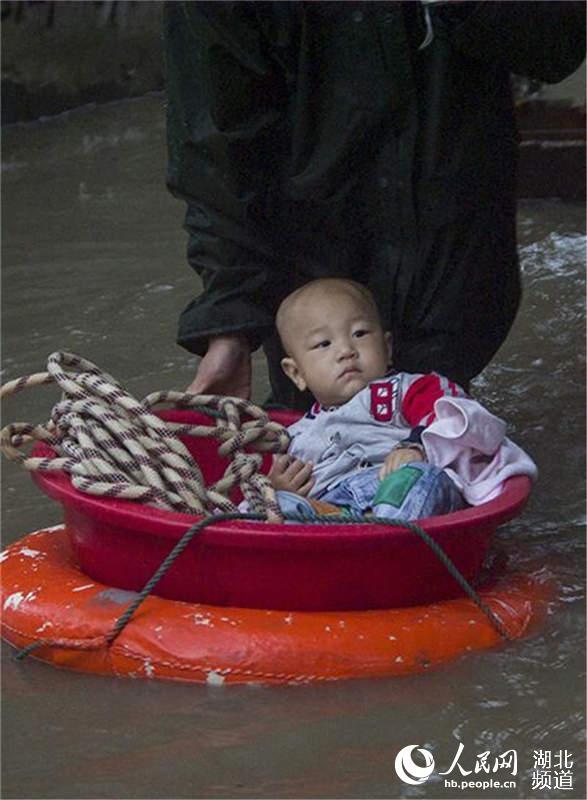 湖北麻城爆发洪灾 京九线被大雨冲断