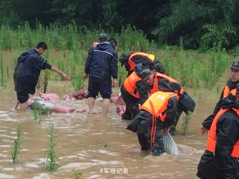 安徽桐城挂渡河多处决口 武警紧急驰援(组图)